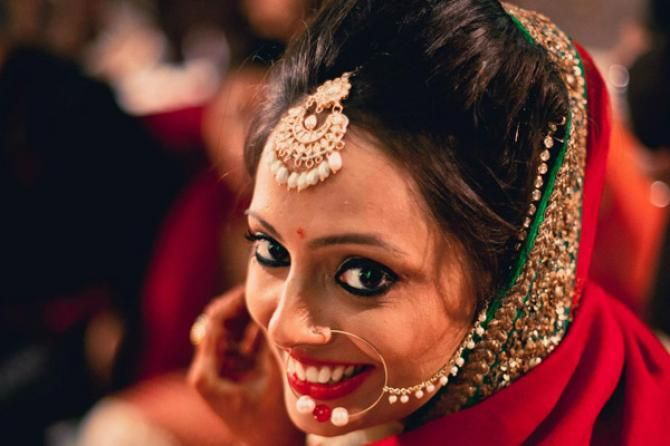 Mehndi Hairstyles With Tikka : 7 breathtaking maang tikka styles you can steal from these gorgeous