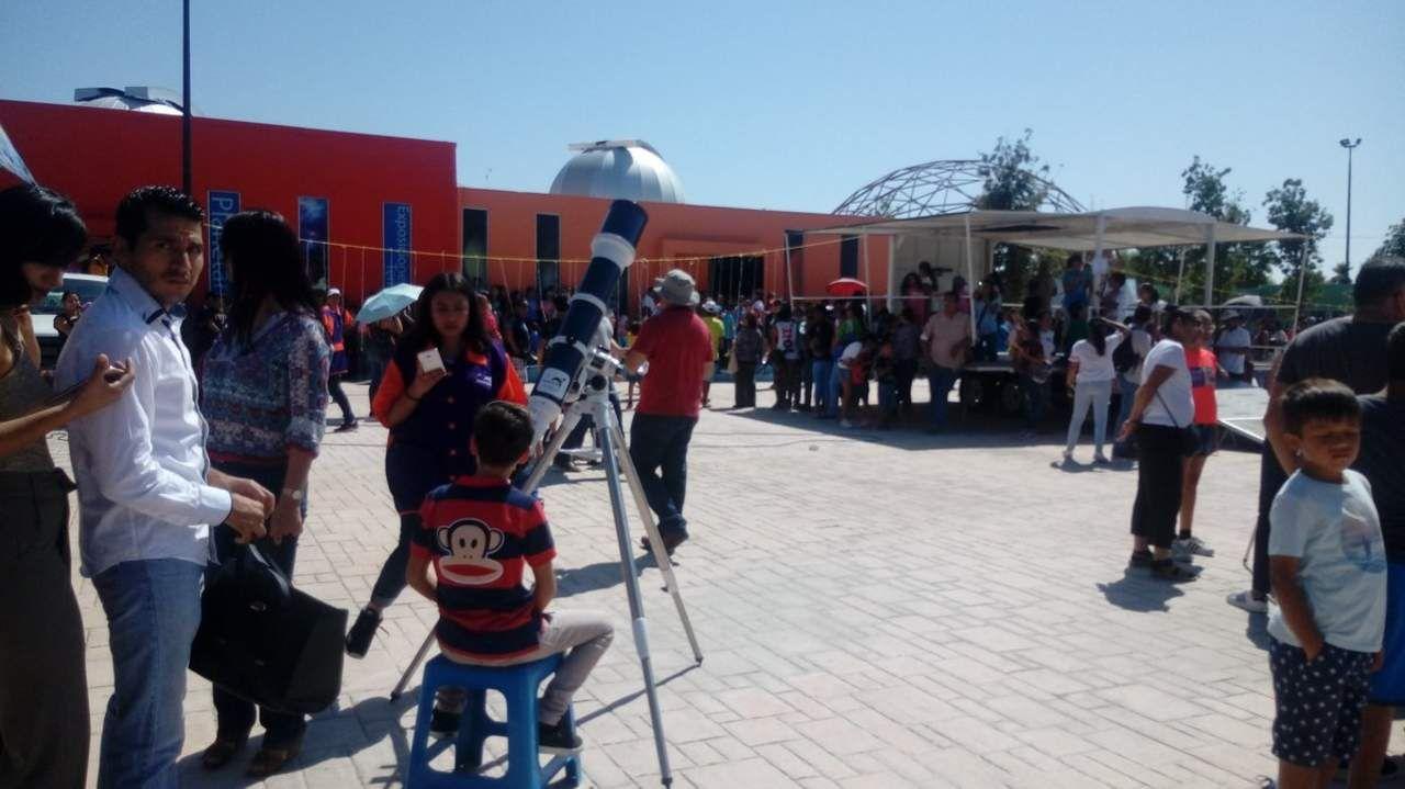Cientos de laguneros se dan cita en el Planetarium para disfrutar del eclipse de sol
