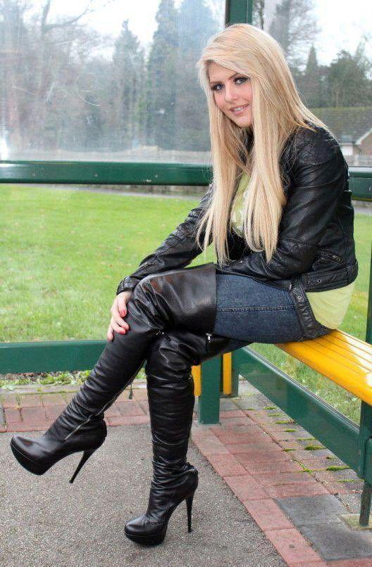 Sexy heiße blonde Schönheit mit Stiefeln mit hohen Absätzen #Highheelboots #jeansandboots