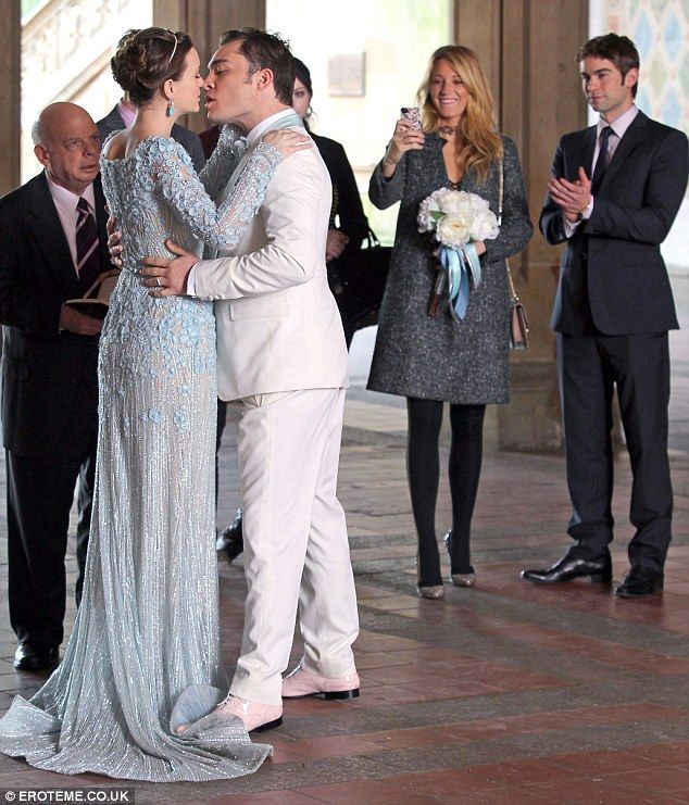 That S Cheeky Leighton Meester Pokes Her Tongue Out As She Hangs Around Between Takes On The Gossip Girl Set Gossip Girl Wedding Gossip Girl Outfits Gossip Girl Chuck