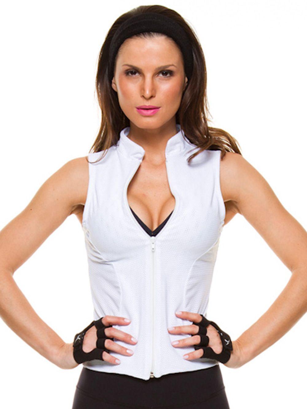 6cc6f6dbcf231 Ganhe um ar poderoso e sensual com o colete fitness em tela branca. O  recorte moderno valoriza o corpo feminino e dá um UP em qualquer produção.