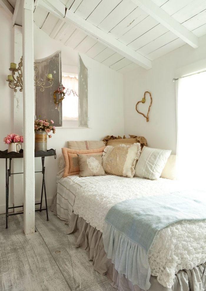 Grand Amenager Comble, Décoration De Petite Chambre à Coucher Sous Plafond Aux  Murs Blancs Et Plancher En Bois