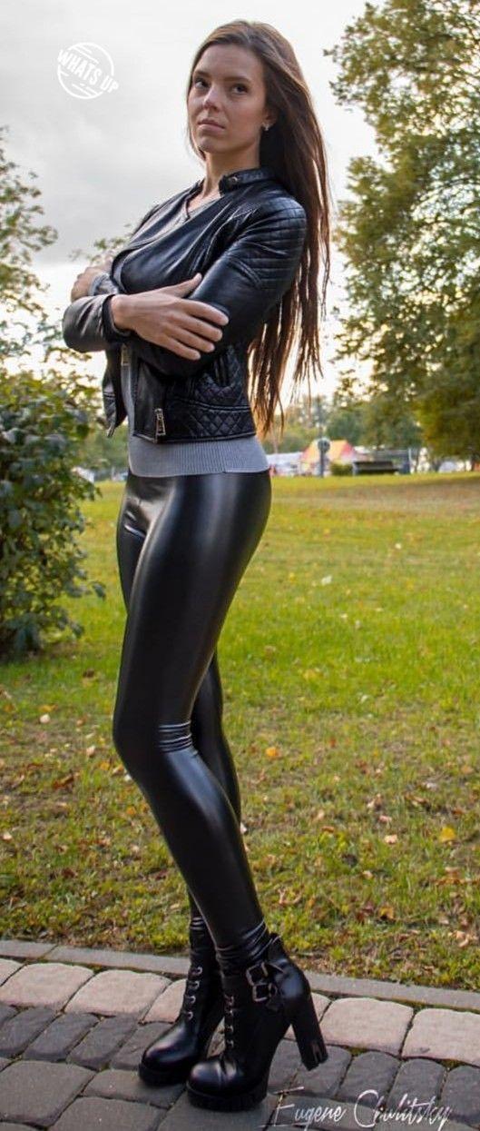 Frauen In Engen Lederhosen