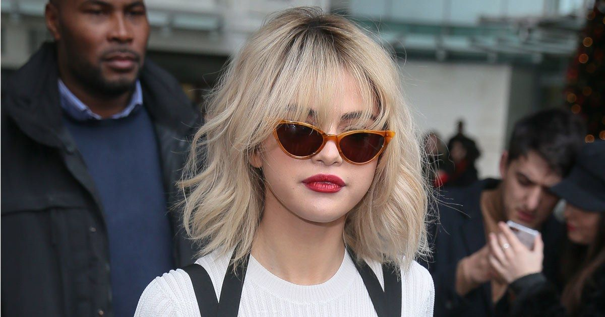 Selena Gomez Transforms Into Courtney Love With Platinum Hair And Red Lips In London Blonde Hair With Bangs Platinum Hair Platinum Blonde Hair