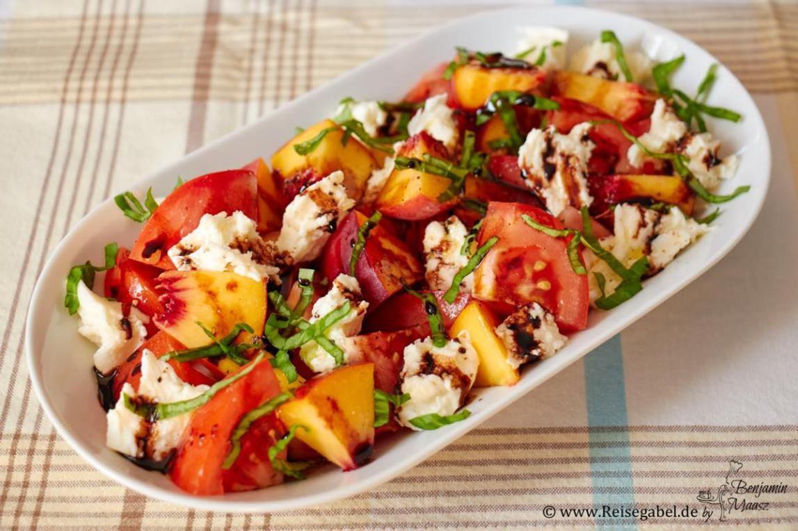 Veggie Sommerküche : Tomaten pfirsich salat mit mozzarella rezept essen u003c3