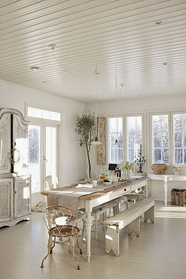 Witte eetkamer, wat een gezelligheid. Ruime keuken met wat aparte ...