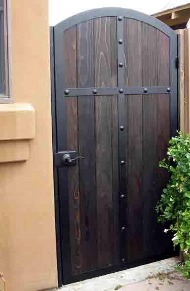 Puerta de hierro y madera decoraci n del hogar for Puertas de jardin de madera