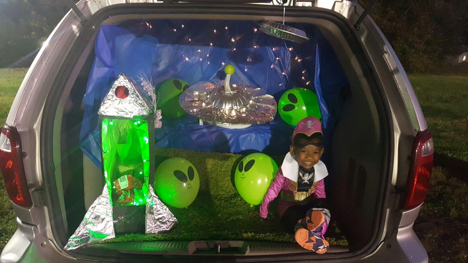 easy trunk or treat DIY. Alien Landing.