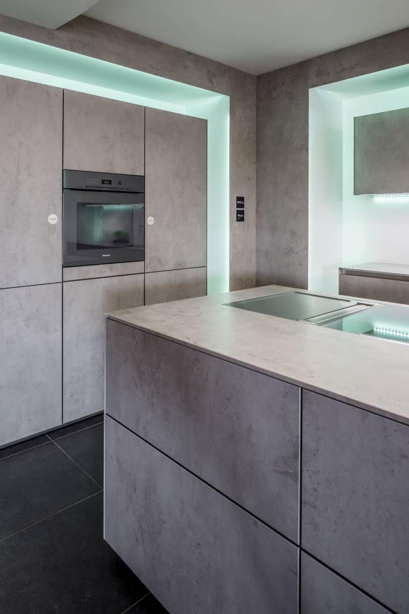 next125 Betonlook keuken. De betonlook keuken van dit moment. Het strakke design van de showroomkeuken gecombineerd met natuurlijke accenten ✔ Betonlook keuken ✔ next125 NX950    #keuken #kitchen #keukens #keukenstudio #maassluis #keukenstudiomaassluis #exclusief #exclusive #exclusievekeuken #showroom #showroomkeuken #betonlook #beton #betonkeuken