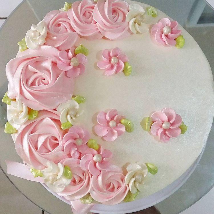 Pink roses on cake