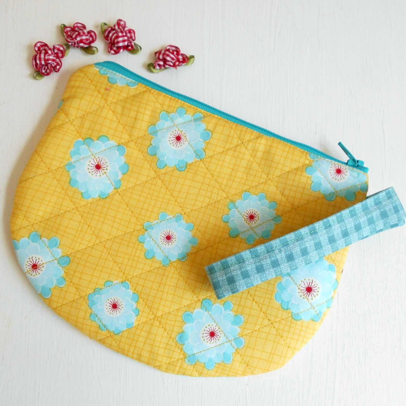 The Single Scoop Zipper Bag is a Youtube tutorial from The Fat Quarter Shop.  This pouch took under an hour.