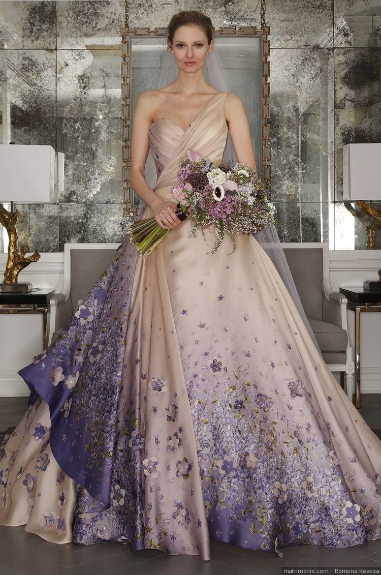 279cb7034d4d Abito da sposa di Romona Keveza. Abito beige con dettagli in viola e con  fiori lilla e biege