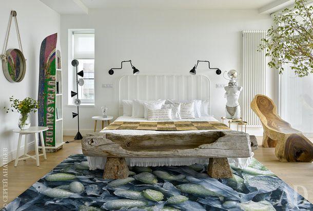 Хозяйская спальня. Кровать изначально была черного цвета — ее перекрасили в белый. Ковер, Moooi. Лампы, Lampe Gras.