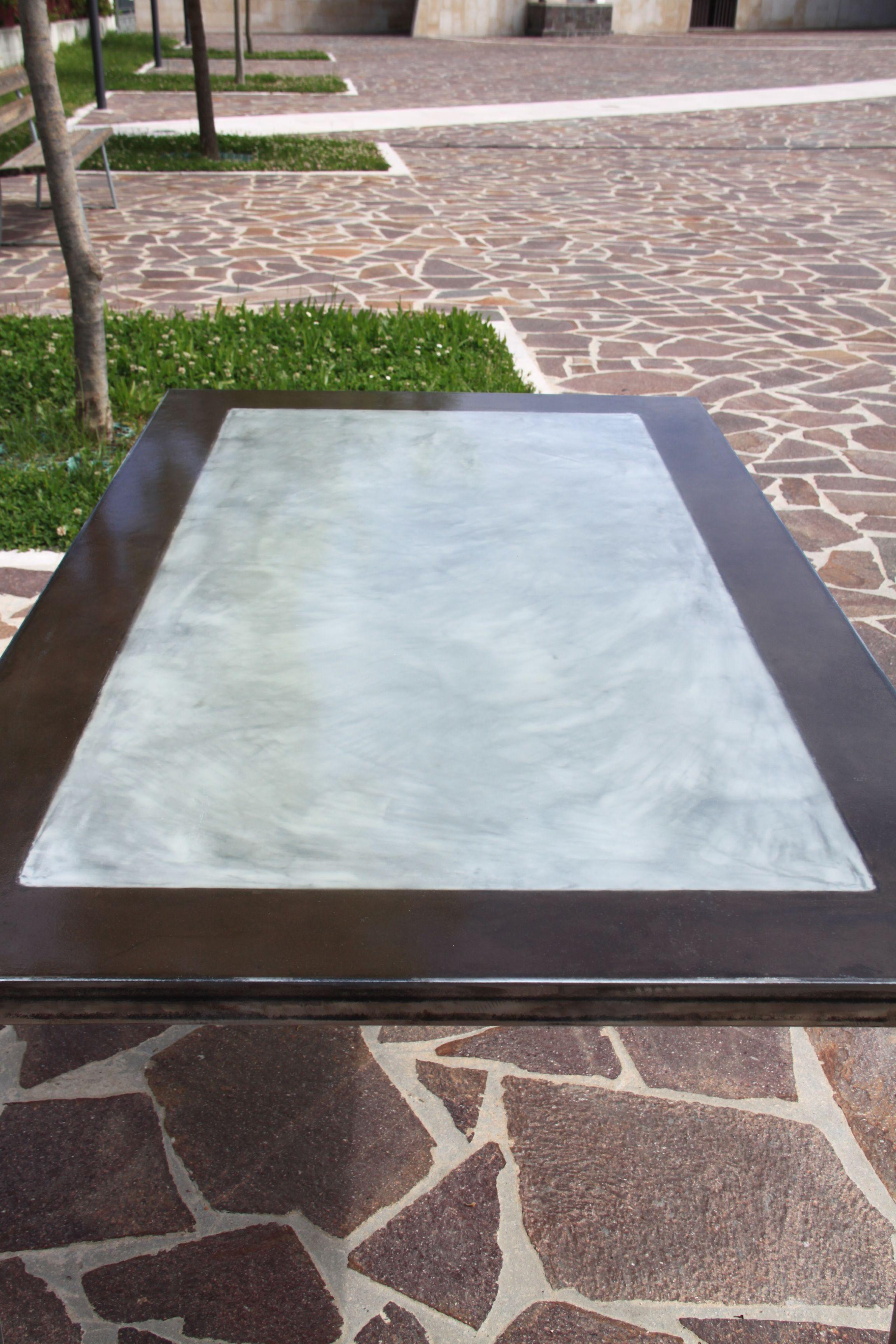Tavolo in ferro lucidato con piano in legno rivestito in ...