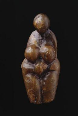 Statuette féminine dite Vénus stéatopyge, en stéatite. Gravettien. 25 000 av. J.-C. 1884, fouille Jullien. MAN35308. Collection Édouard Piette. Musée d'Archéologie nationale - Domaine national de Saint-Germain-en-Laye