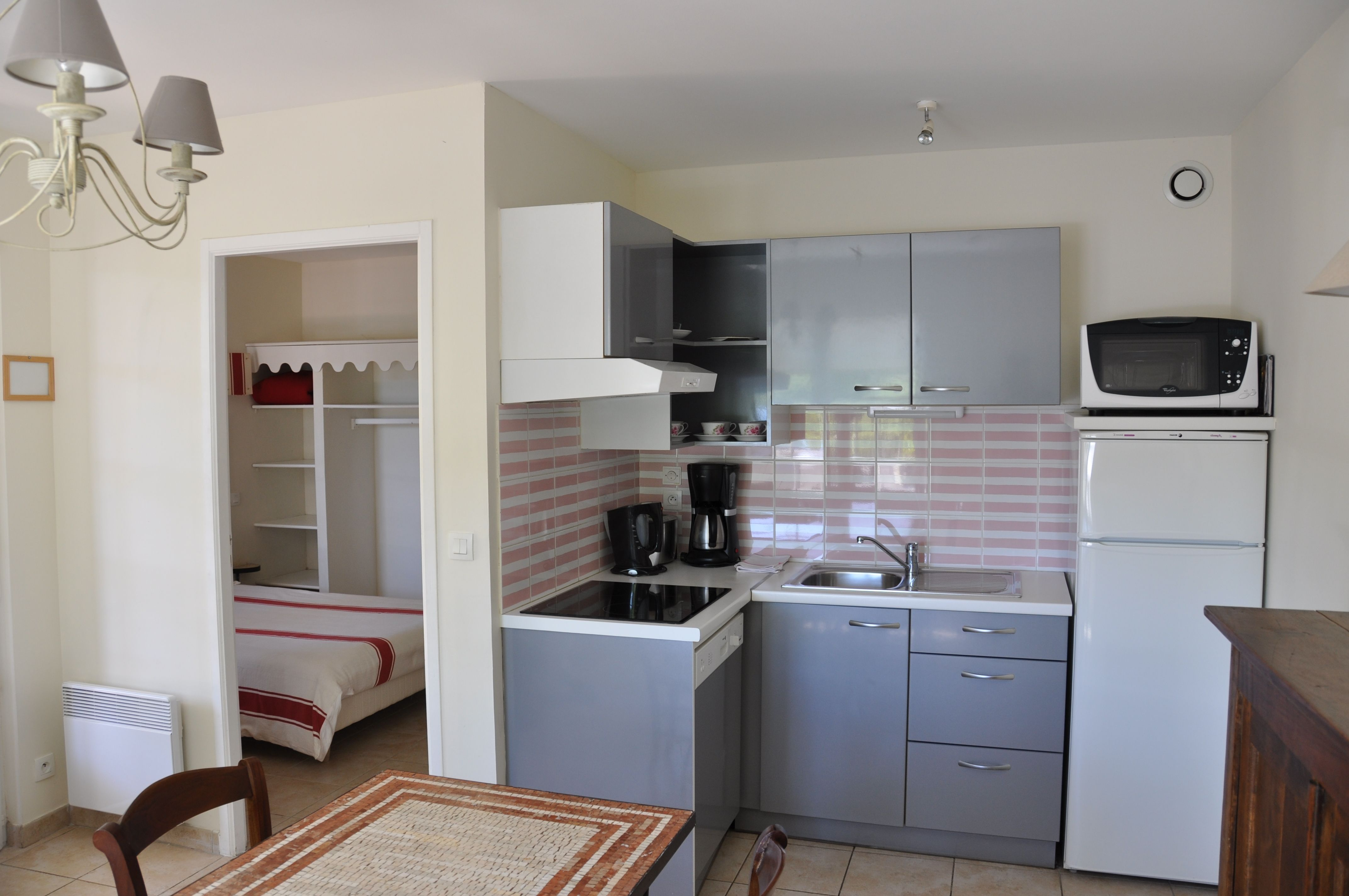A 1 bedroom apartment fully equipped kitchen un for Cuisine meublee et equipee