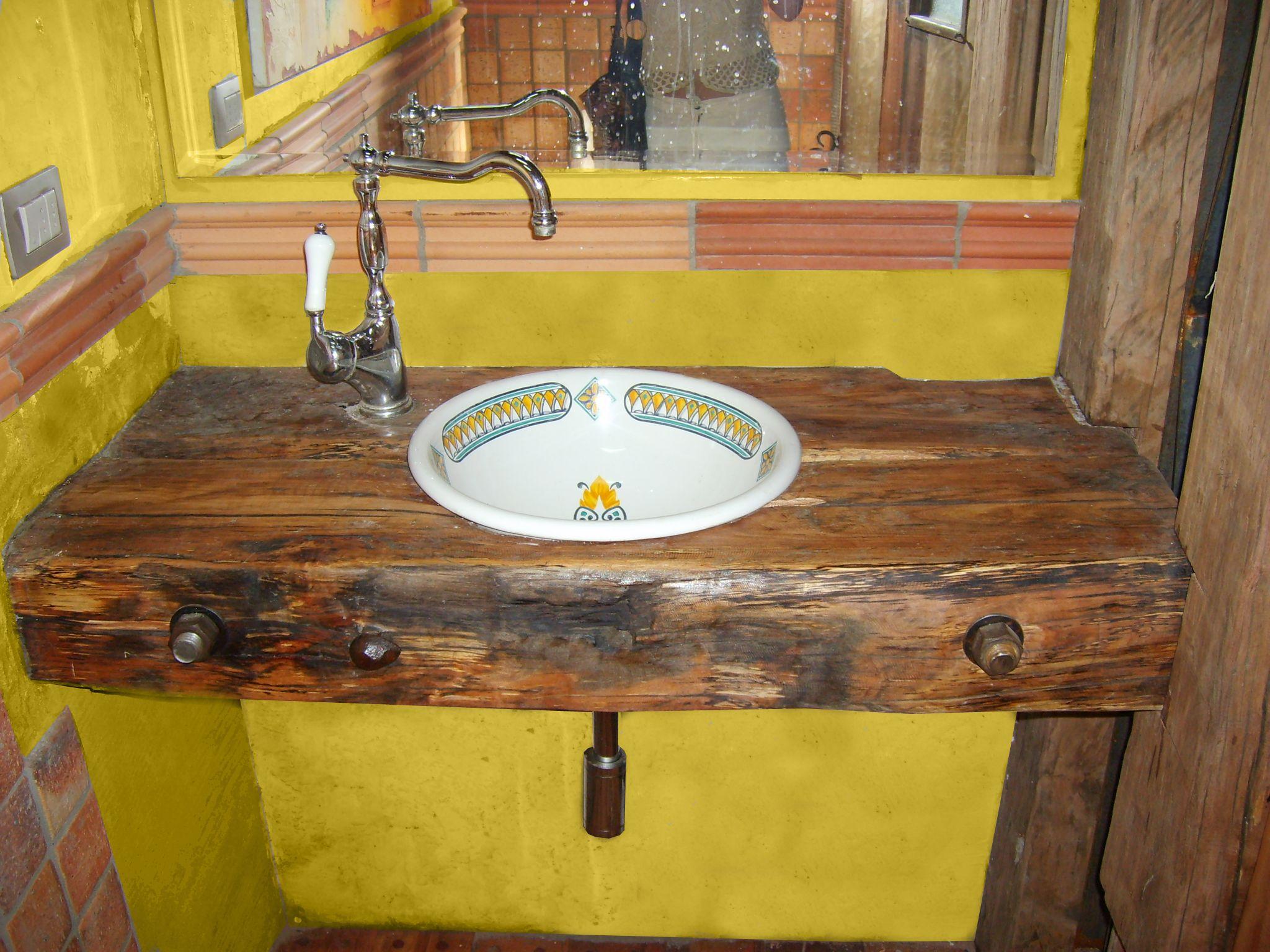Vanitorio de roble r stico con cubierta de for Banos rusticos de madera