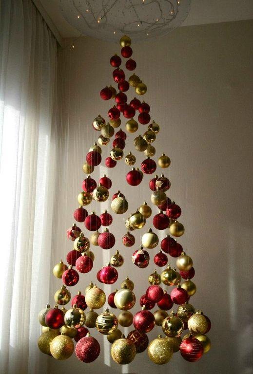 Sapin de Noël insolite : sapin fait de boules de Noël accrochées