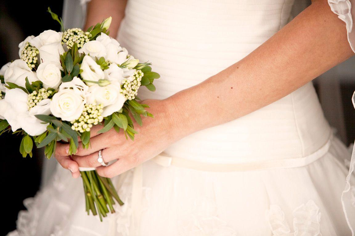Pequeño bouquet en tonos blancos de rosas, eucaliptus y lisianthus