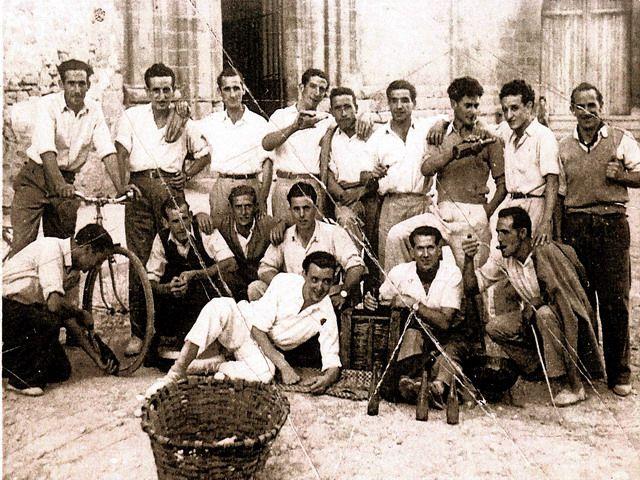 ¿Conocéis a alguno de los de la foto? - Fiestas de Olite, s. XX :: Leer... http://navarrazonamedia.wordpress.com/2012/09/21/asi-se-veian-las-fiestas/#
