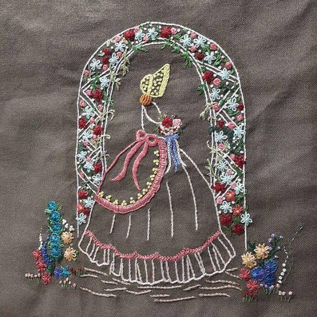 크레놀린의 매력은 다 아시죠~^^ 다섯번째 레이디 자수~ :  #프랑스자수#크리놀린레이디#대전프랑스자수#손자수#자수타그램#embroidery#handembroidery#clinolinelady#needlework#크레놀린레이디#handmade#취미자수#취미스타그램#힐링자수