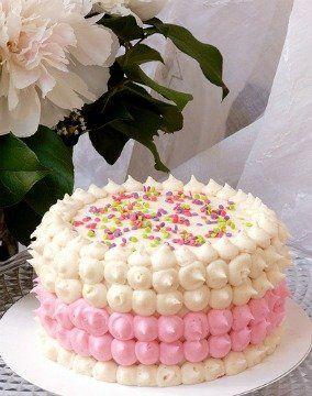 torta con crema pasticcera, fragole e panna decorata