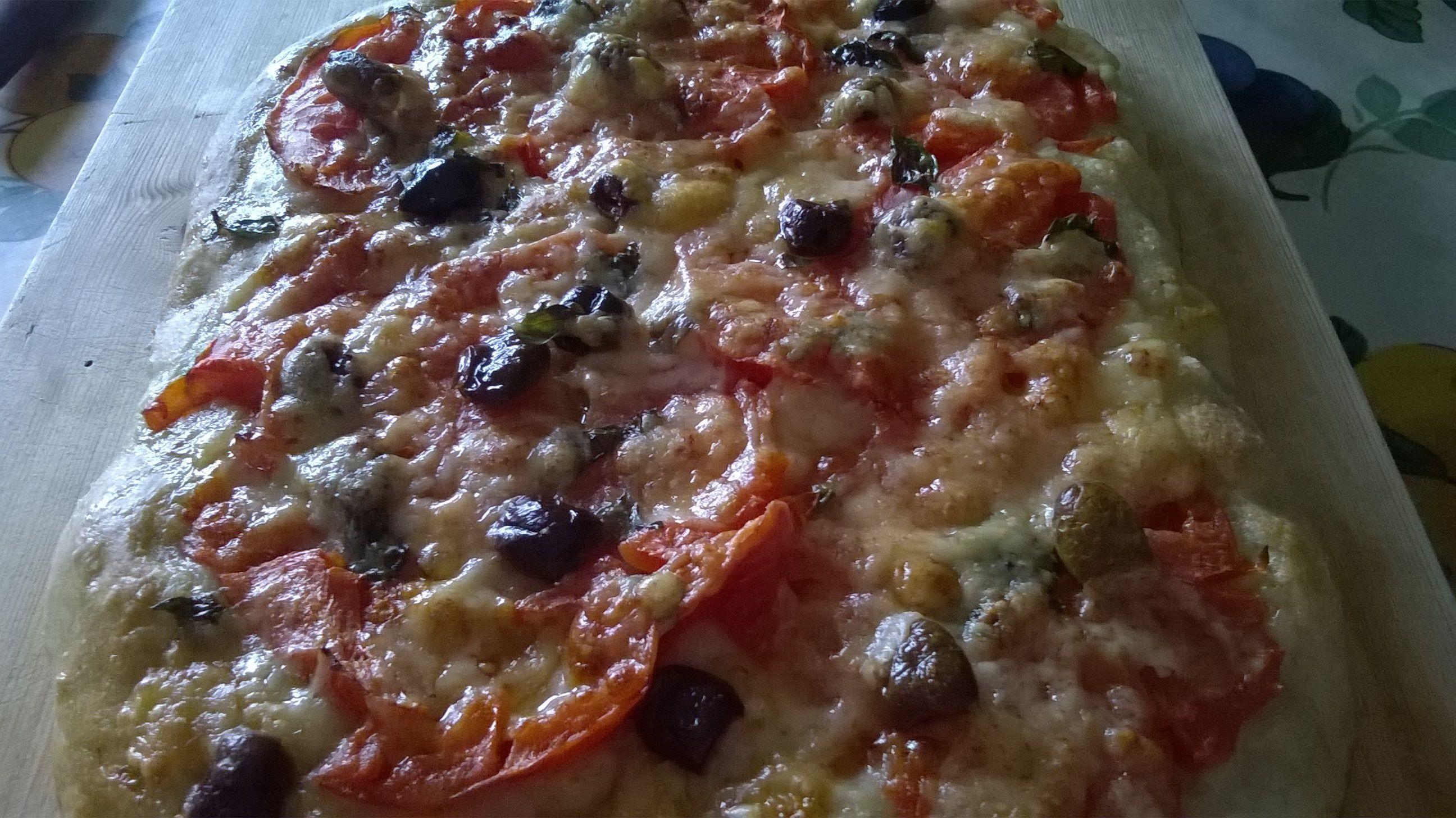 pizza con farina di grano tenero integrale, pomodoro fresco, olive, parmigiano e basilico