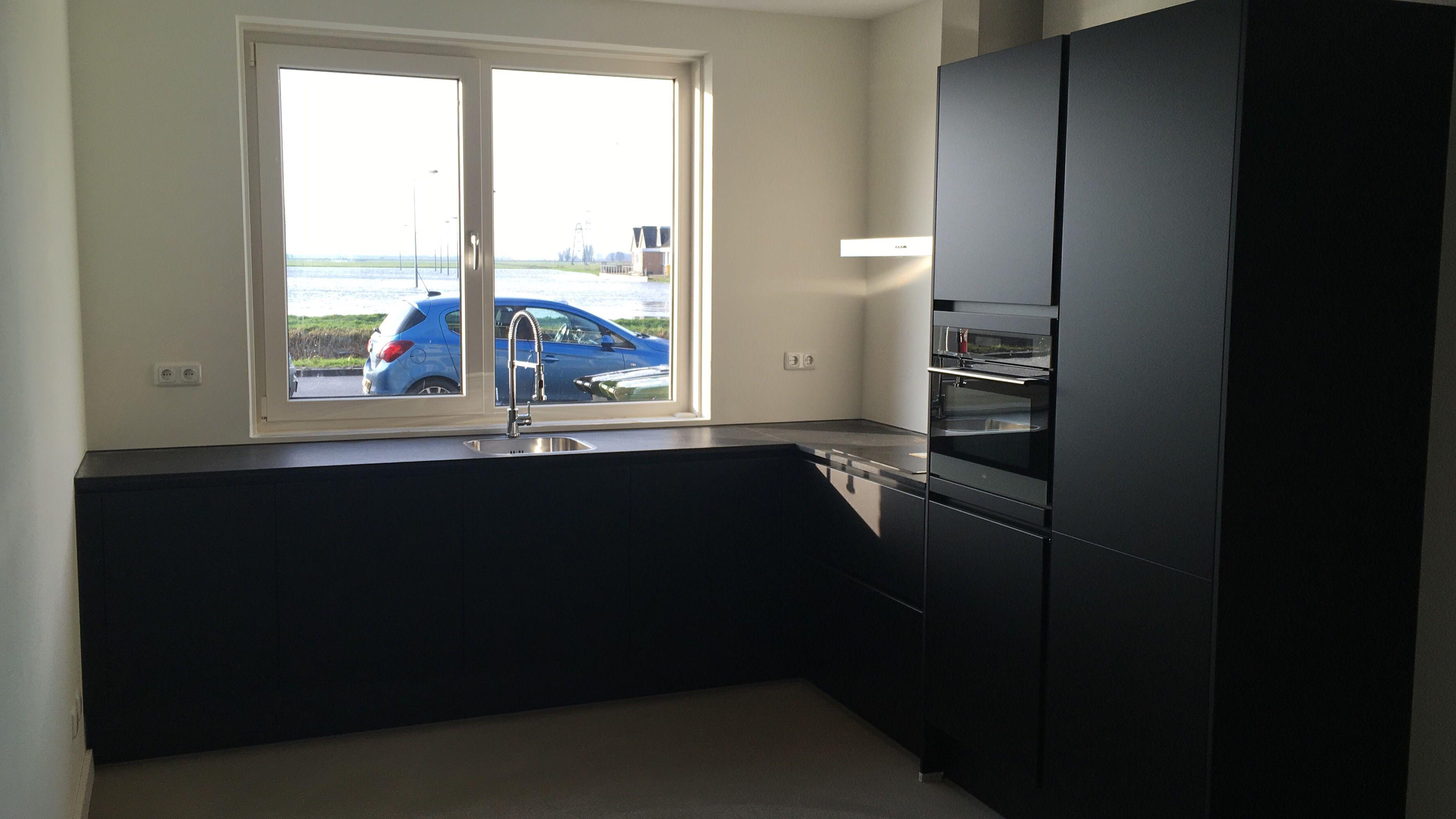 Zwarte keuken mat zwart hoekopstelling industrial living