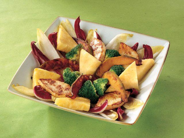 Sağlık ve Lezzetli Sebzeli Ananas Salatası Yapımı    Beyaz hindiba ve polorosso'yu (radicchio) ayıkladıktan sonra büyük doğrayın. Yapışmaz yüzeyli tavaya aktarıp ince yarım ay doğranmış balkabağı, kereviz ve 20 gram sızma zeytinyağıyla yumuşayana kadar 7-8 dakika soteleyin. Brokoliyi buharda al dente haşlayın. Ananası kestikten sonra üçgen dilimleyin. Sos için 50 gram ananası zeytinyağı…