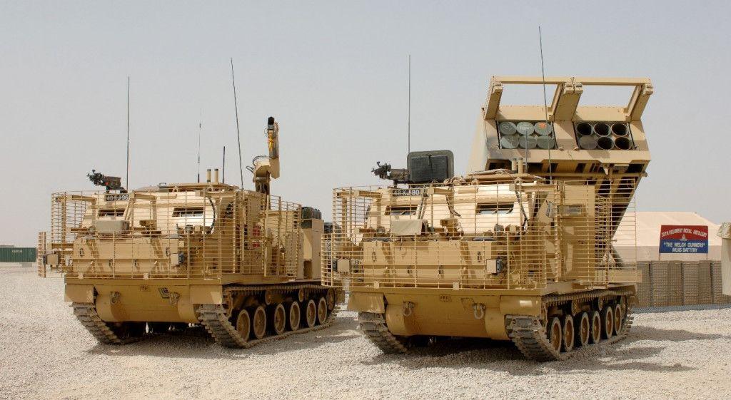 M270B1 MLRS e veicolo di supporto.  Questa è la versione dell'esercito britannico con una migliore protezione dell'armatura.