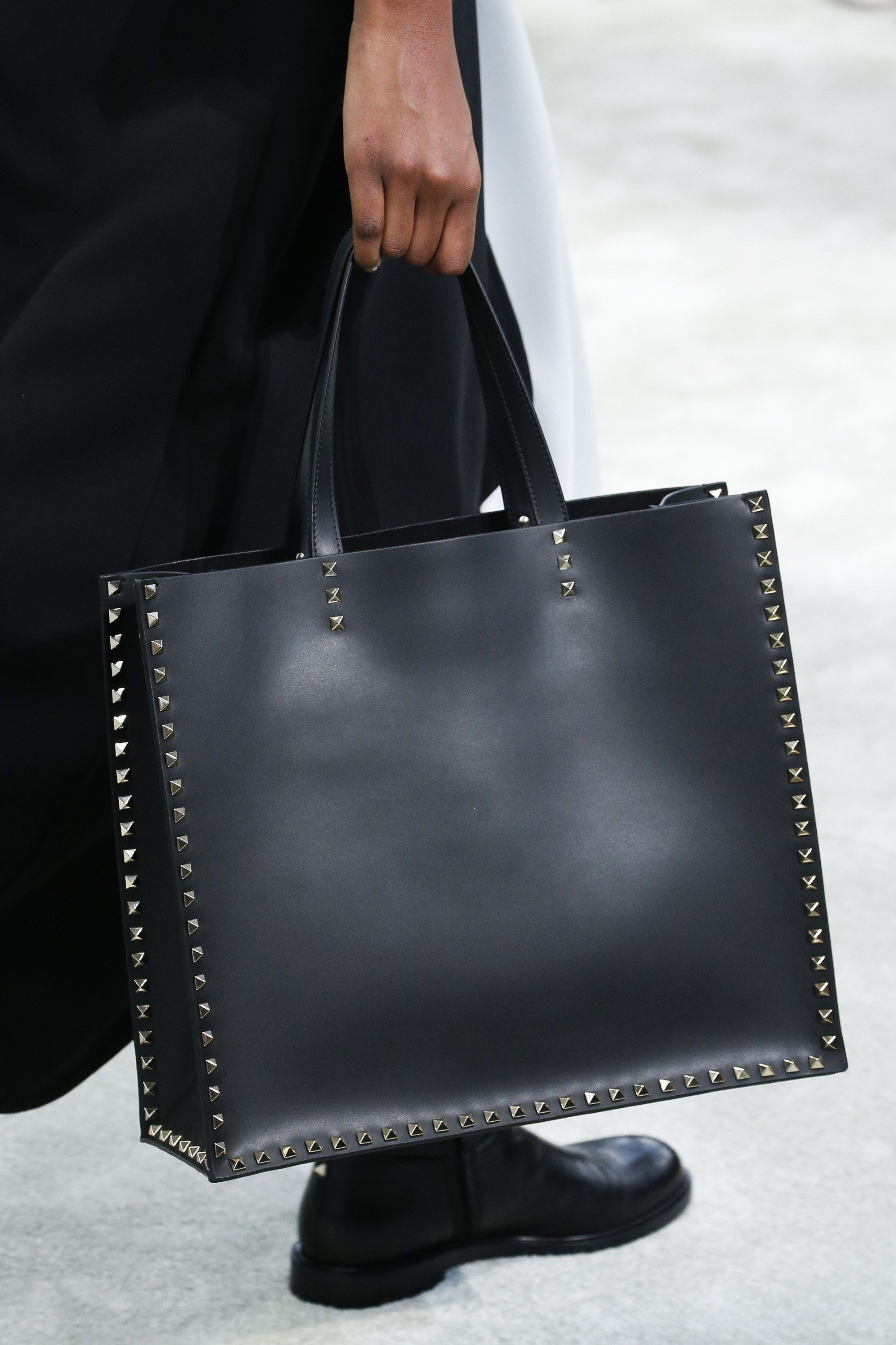 The Complete Valentino Fall 2018 Ready To Wear Fashion Show Now On Vogue Runway Popular Handbags Latest Handbags Valentino Bags