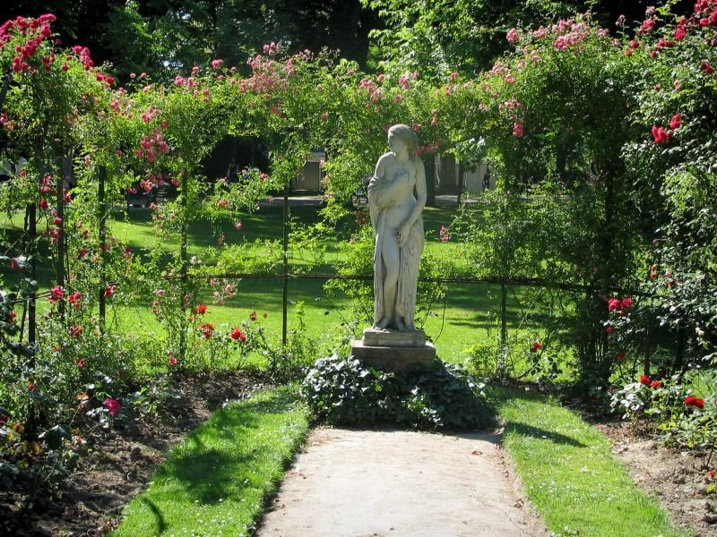 Toulouse: Jardin des Plantes : statue et rosiers grimpants (roses ...