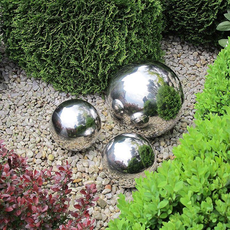 Gartendeko Modern glanzvolle edelstahlkugeln als moderne gartendeko einsetzen