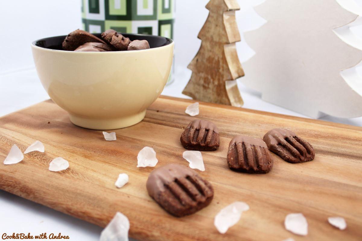 In der Weihnachtszeit kann ich einfach nicht genug von Plätzchen und Süßkram kriegen. Vielleicht seid ihr ja genauso, aber ich beschränke mich dann auf meine Lieblingssorten, dass das Sündigen auch Sinn macht  Meine Plätzchensammlung kommt aber ohne tierische Produkte (=vegan) aus. Wie ich das mache? Na ganz einfach!  Meine liebsten Plätzchen sind immer […]