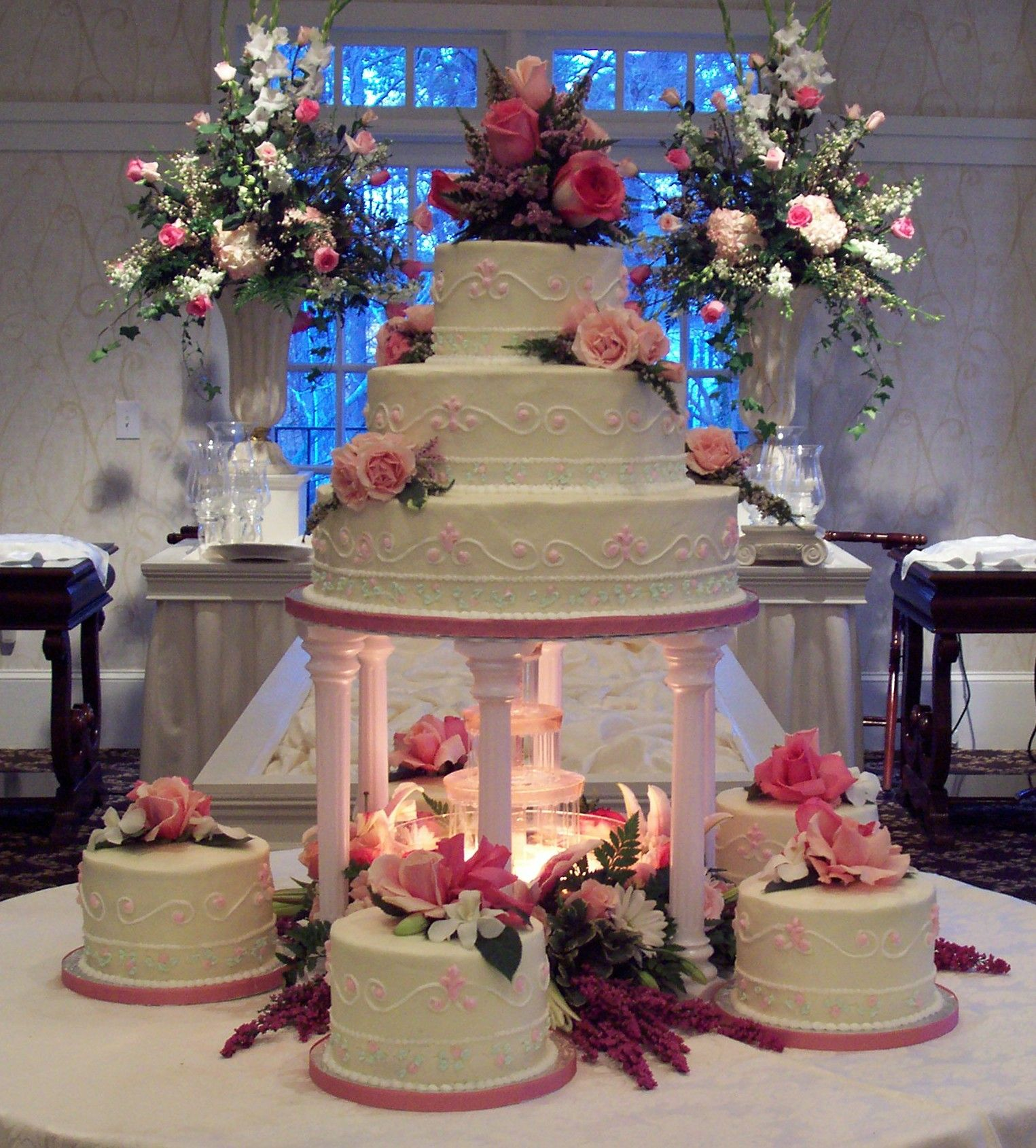fountain and other circle cakes Big wedding cakes