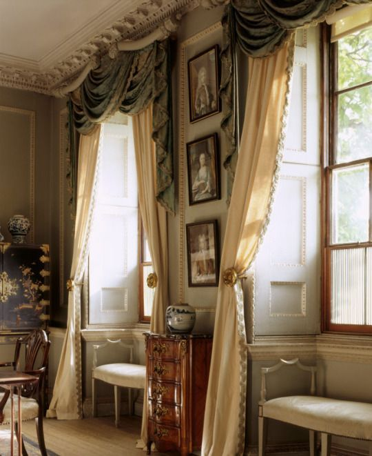 The windows in the drawing room with early c19th pelmets - Englisches wohnzimmer ...