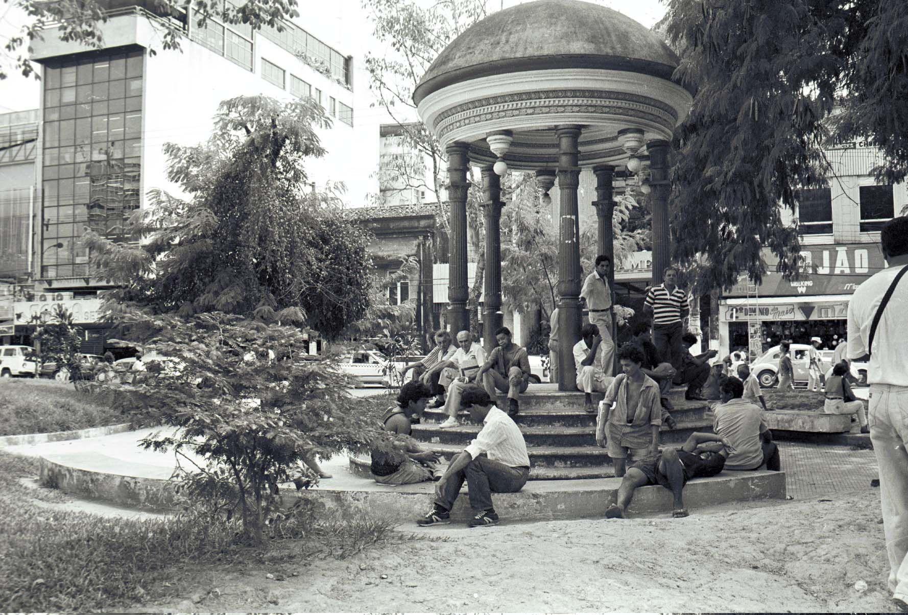 Pequeno coreto, em formato de templo grego, na Praça da Polícia, Centro. Acervo: Jornal A Crítica.