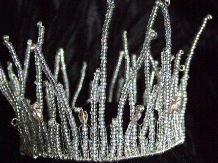 Winter Wedding: Snow Queen Crown   podria hacerla con alambre, cristales canutillos plateados o transparentes, y con alambre para arriba tbn con canutillos alargados y una bola cristal fascetada en las puntas, distintas alturas.