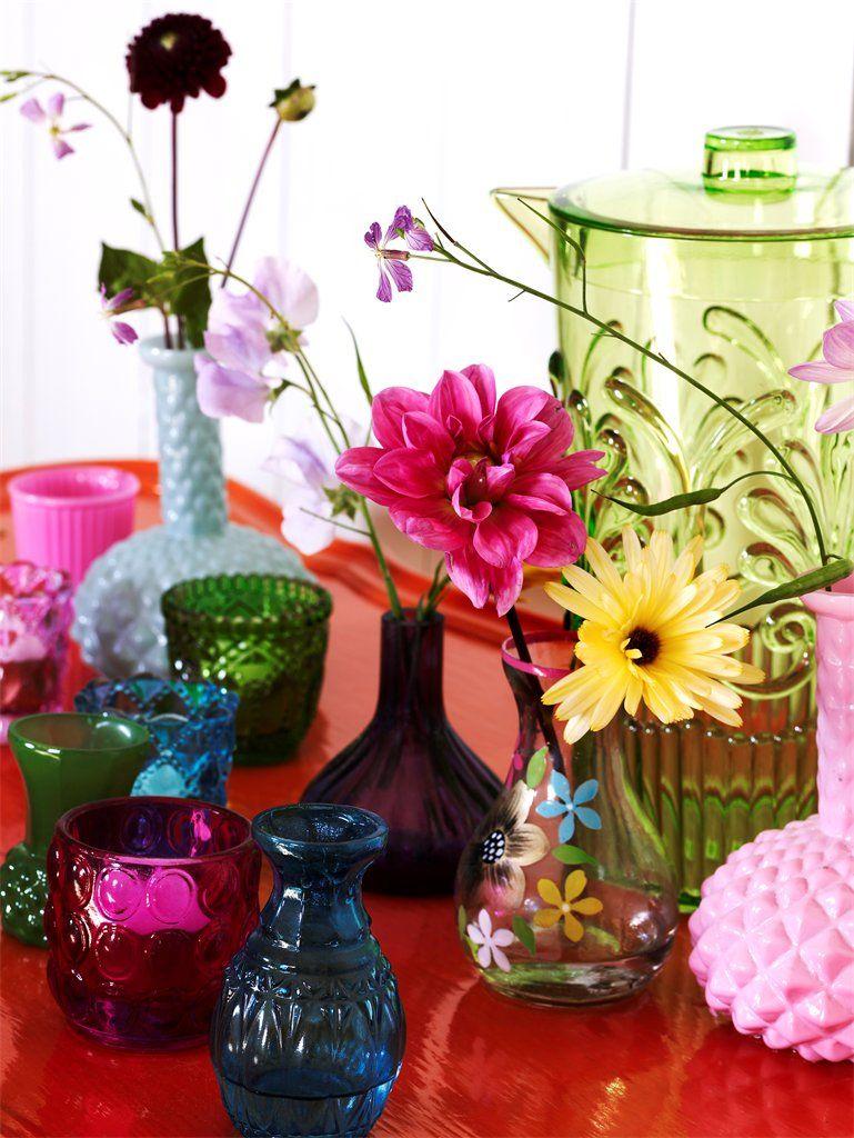 Uma das mais graciosas maneiras de se usar flores na decoração é em vidrinhos que já serviram de recipientes para outros usos: medicamentos, miniaturas de bebidas, pimentas e molhos, e por aí vai. Podem ser transparentes, coloridos, pintados ou misturados. http://umbrinco.com/blog/2013/10/18/vidrinhos-flores-e-delicadezas/