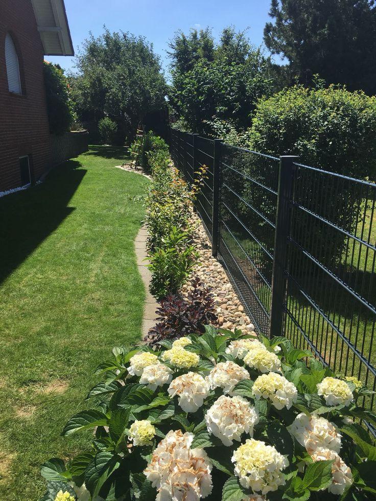 Zaunbau Doppelstabmattenzaun Gartengestaltung Pflanzung Zaun Garten Bau Eines Doppelstabmattenzaunes In 2020 Garden Layout Backyard Garden Layout Fence