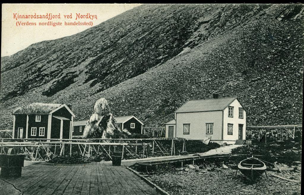 """KINNARODSANDFJORD ved Nordkyn. i Finnmark. Brygge og husklynge fra uhyggelig sjeldent sett sted """"verdens nordligste handelssted"""" Utg Berg & Høeg, pent stpl. Skjøtningberg 1910"""
