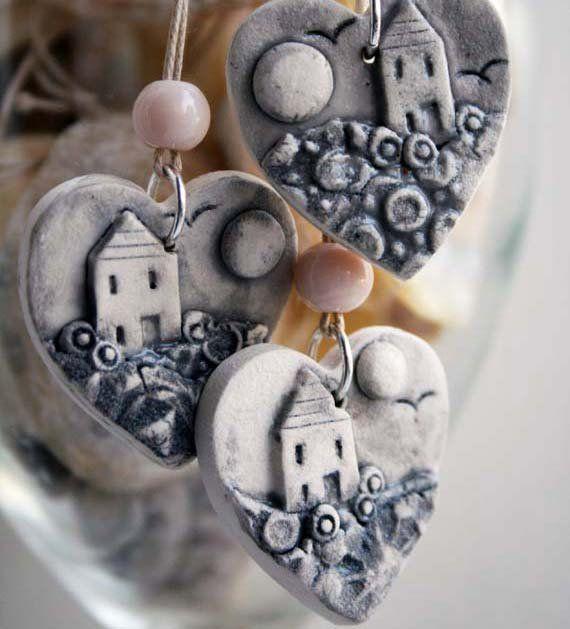 Aus meiner Serie von kleinen Landschaften Schmuck habe diese kleinen Anhänger aus strukturierten Blättern aus Porzellan über einander geschichtet und mit z...