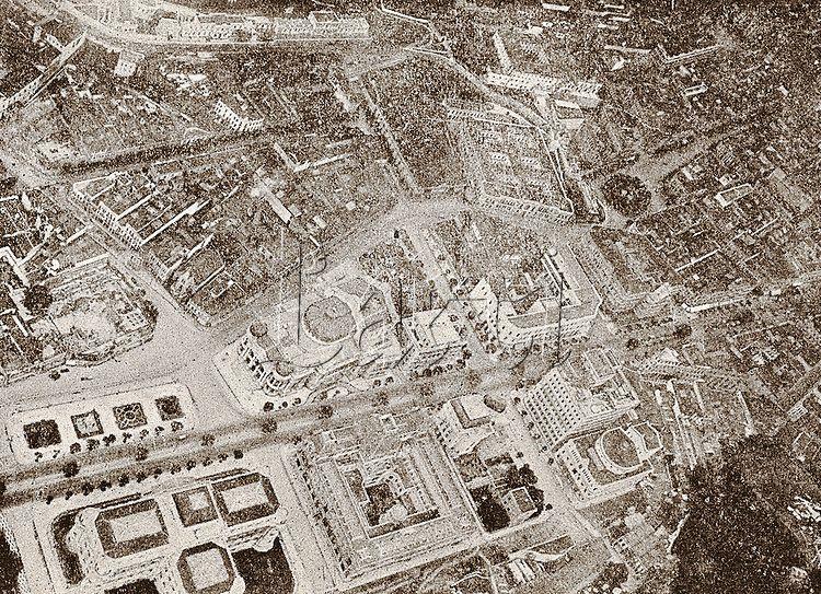 Vista aérea sobre o Teatro Municipal. Na fotografia também aparecem a Biblioteca Nacional e a então Escola Nacional de Belas-Artes, atual Museu Nacional de Belas-Artes. Cinelância, Rio de Janeiro, janeiro de 1918.