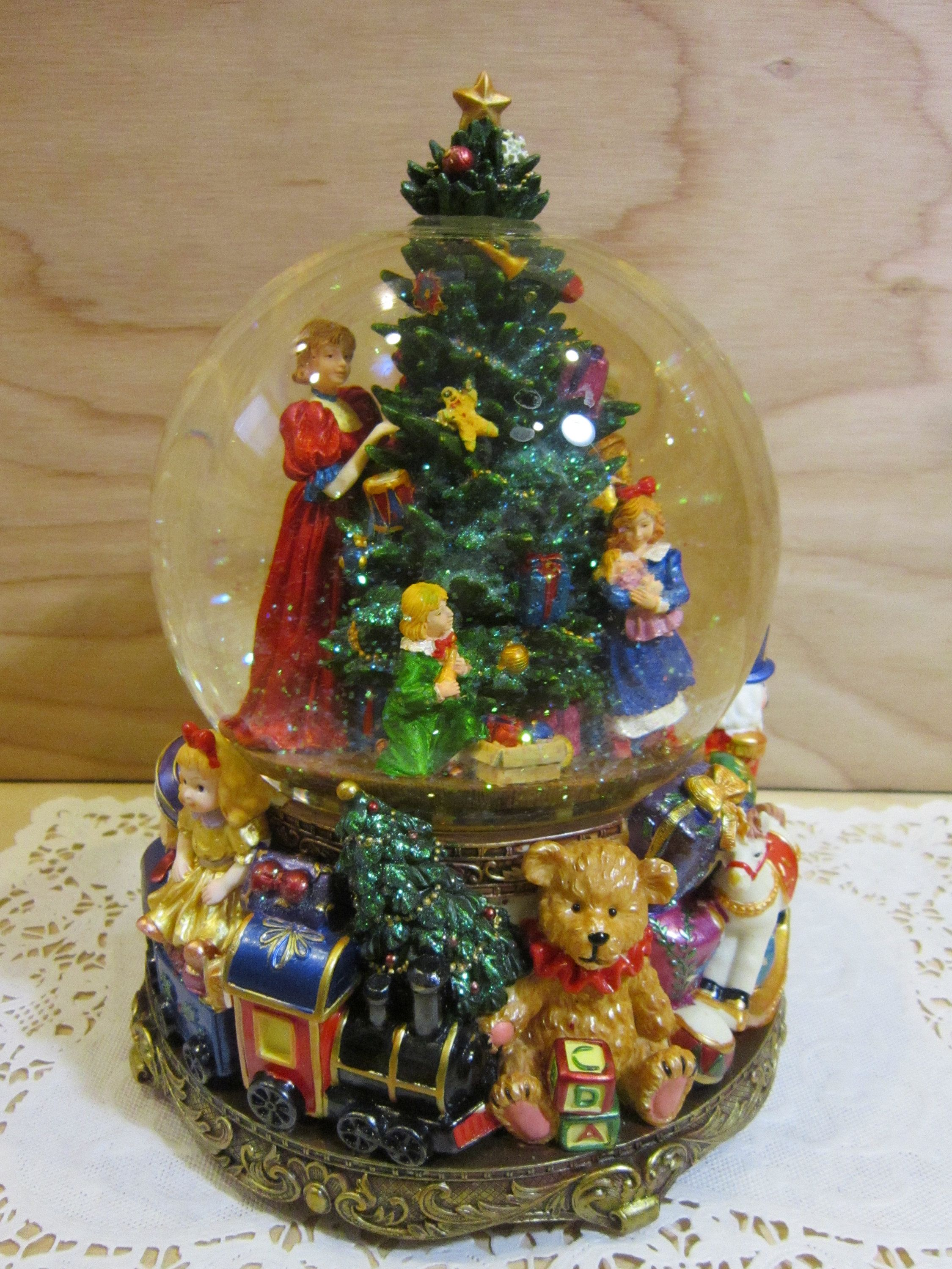 Large Kirkland Christmas Tree Musical Water Globe * Wind-up Musical ...