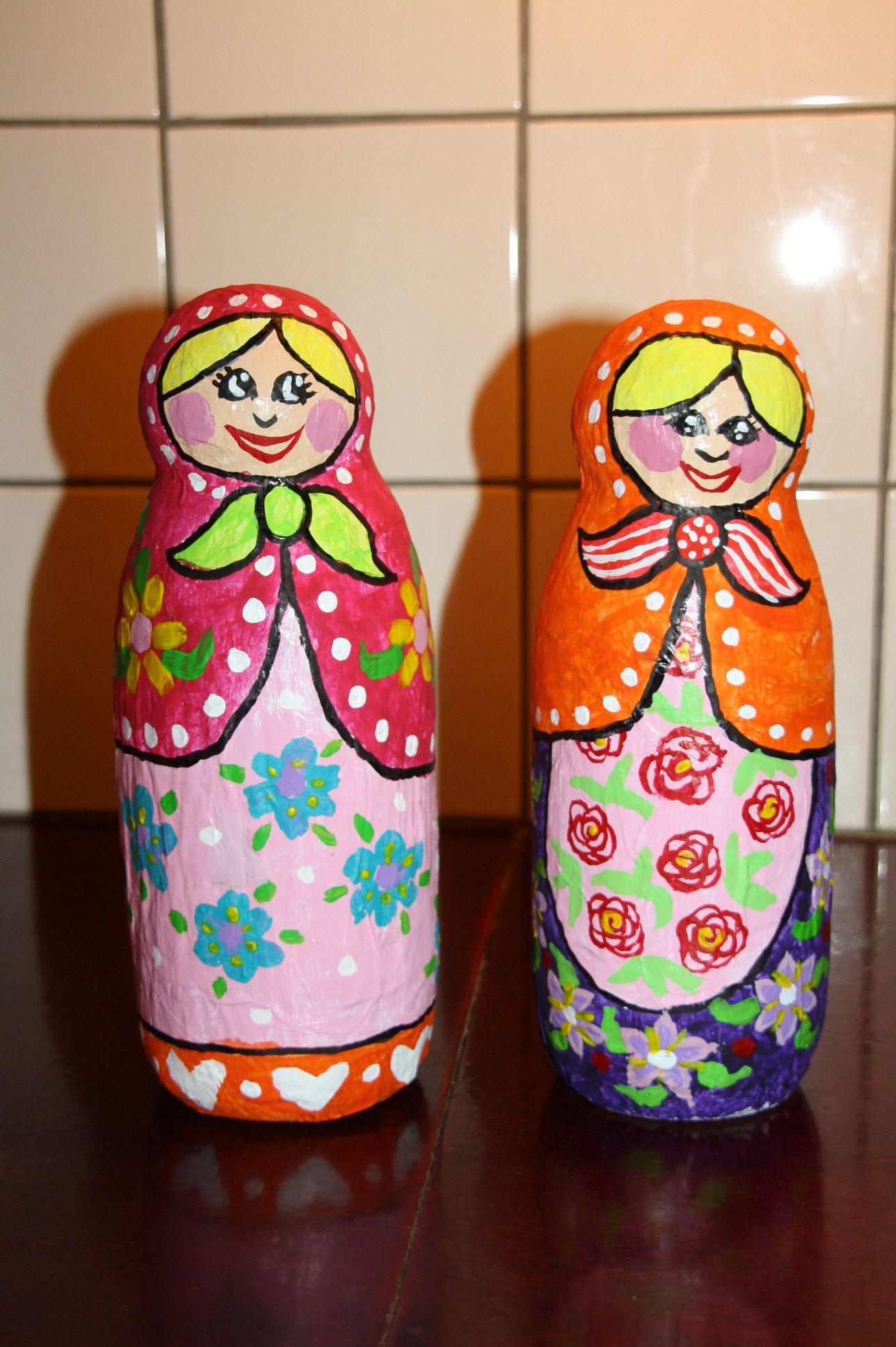 poupées russes en papier mâché avec une bouteille de lait en plastique et pour la tête une boule de polystyrène.scotchée à la bouteille.