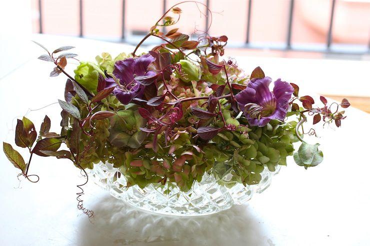 bordsdekoration,bordsdekorationer, arrangemang, pressglas, skål, blommor, hortensia