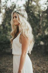 Pequeñas flores blancas y coronas de flores de novia verdes para eventos de bodas …