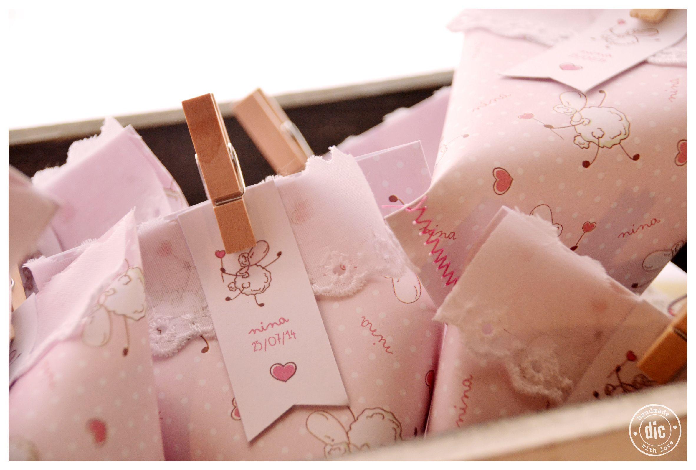 >>Souvenirs de nacimiento. Sobres de papel cosidos + golosinas personalizadas. #baby #girl #born
