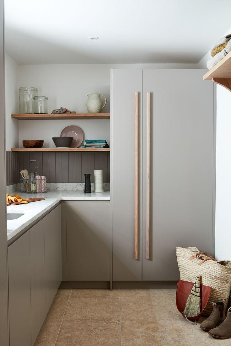 Die graue Maus bringt ein samtiges Finish in die Küche #smallkitchendesigns Die graue ... #kitchendoors