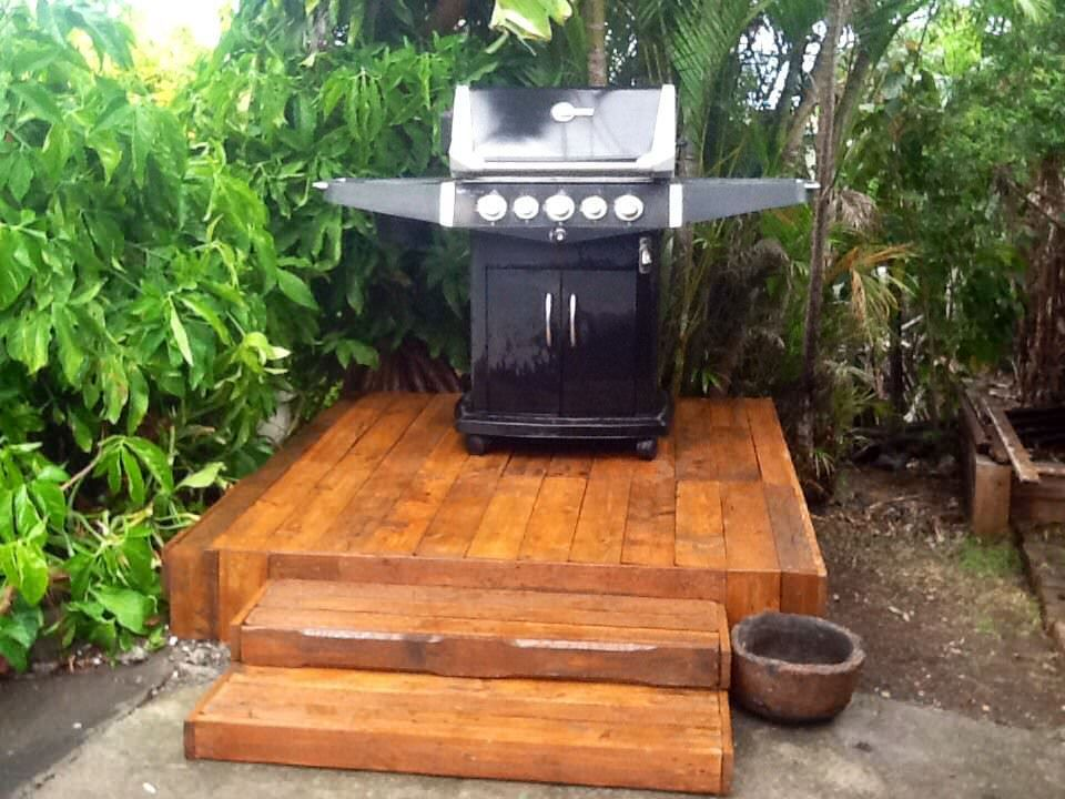 Bbq Platform Made Out Of Pallets 1001 Pallets Backyard Grilling Area Pallet Garden Furniture Pallet Decking